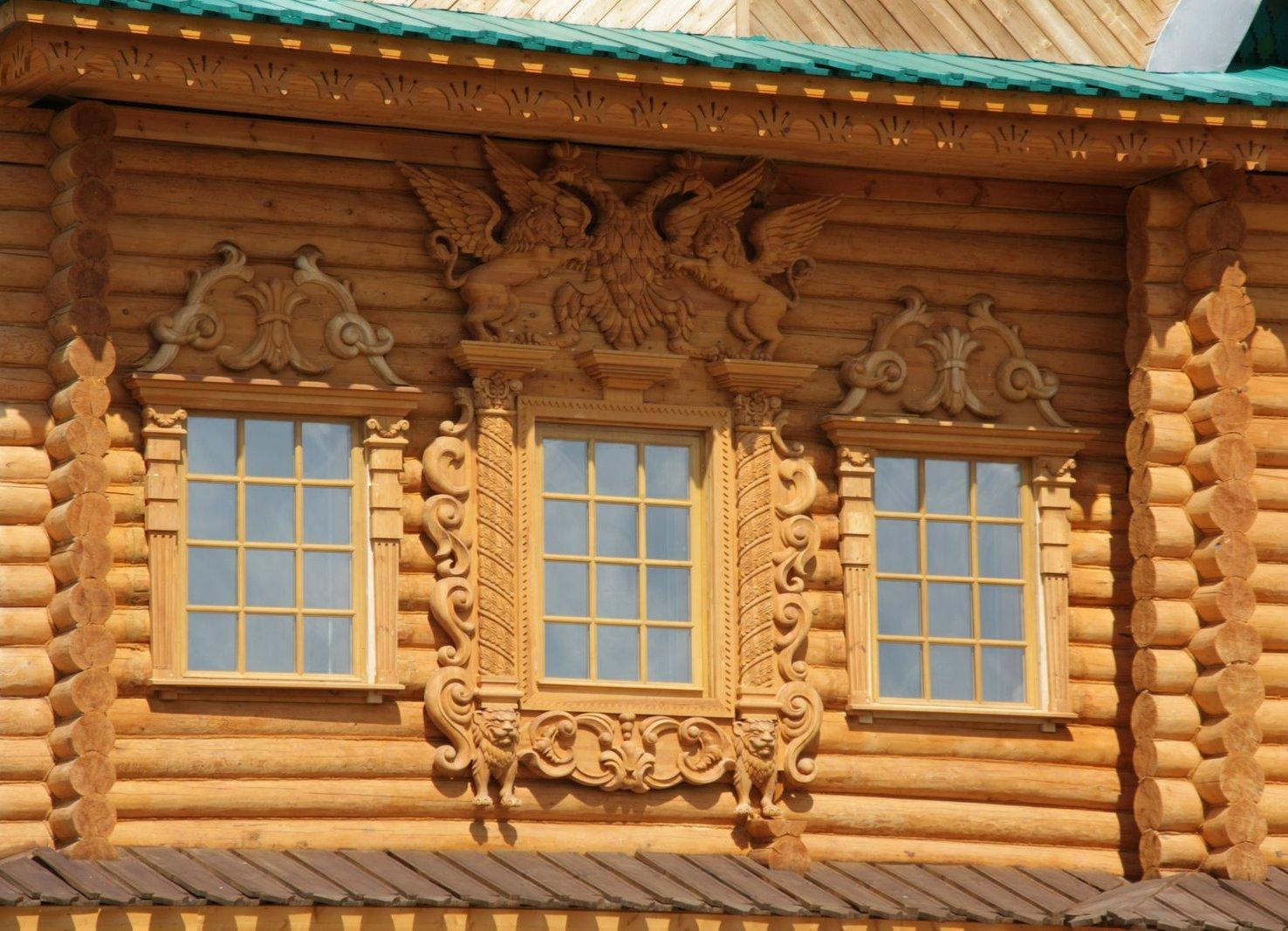 Декоративая резьба на деревянном окне