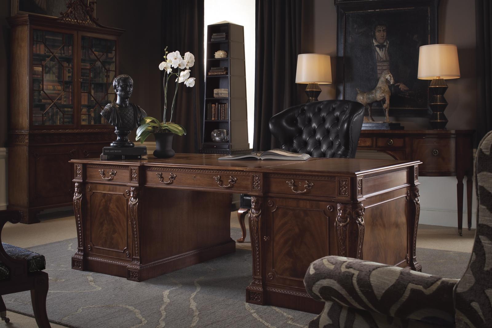 Дизайн интерьера кабинета руководителя с резным столом