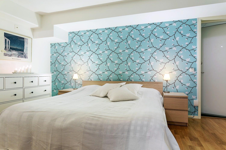 Бирюзовые обои с рисунком в спальне