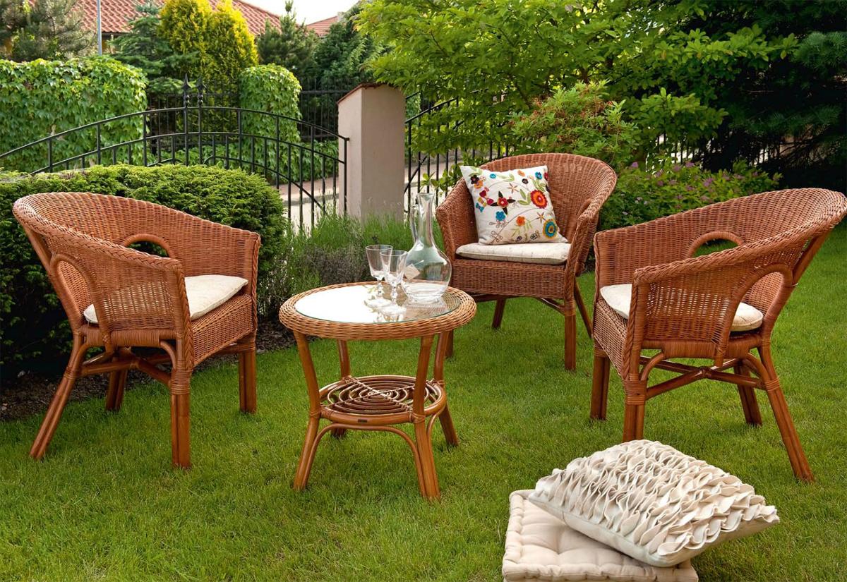 Кресла из ротанга в саду