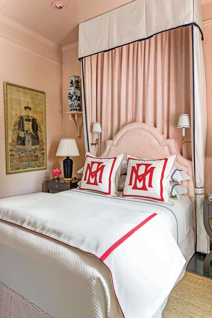 Розовый дизайн узкой спальни