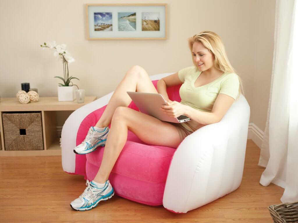 Розовое надувное кресло
