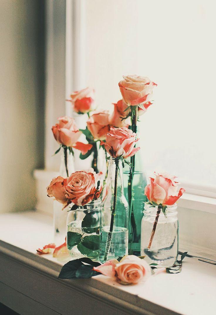 Розы в вазе на подоконнике
