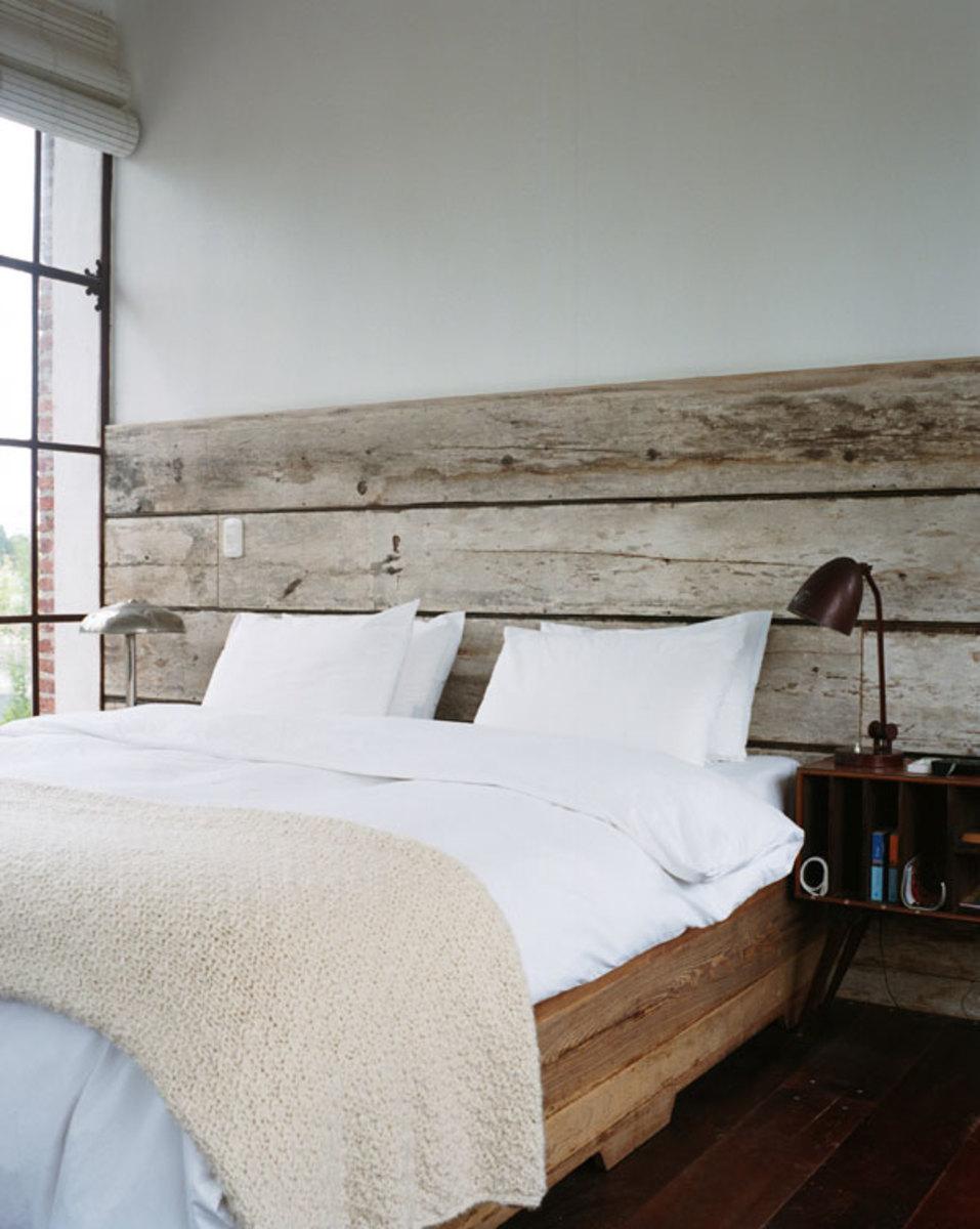 Кровать рядом с окном