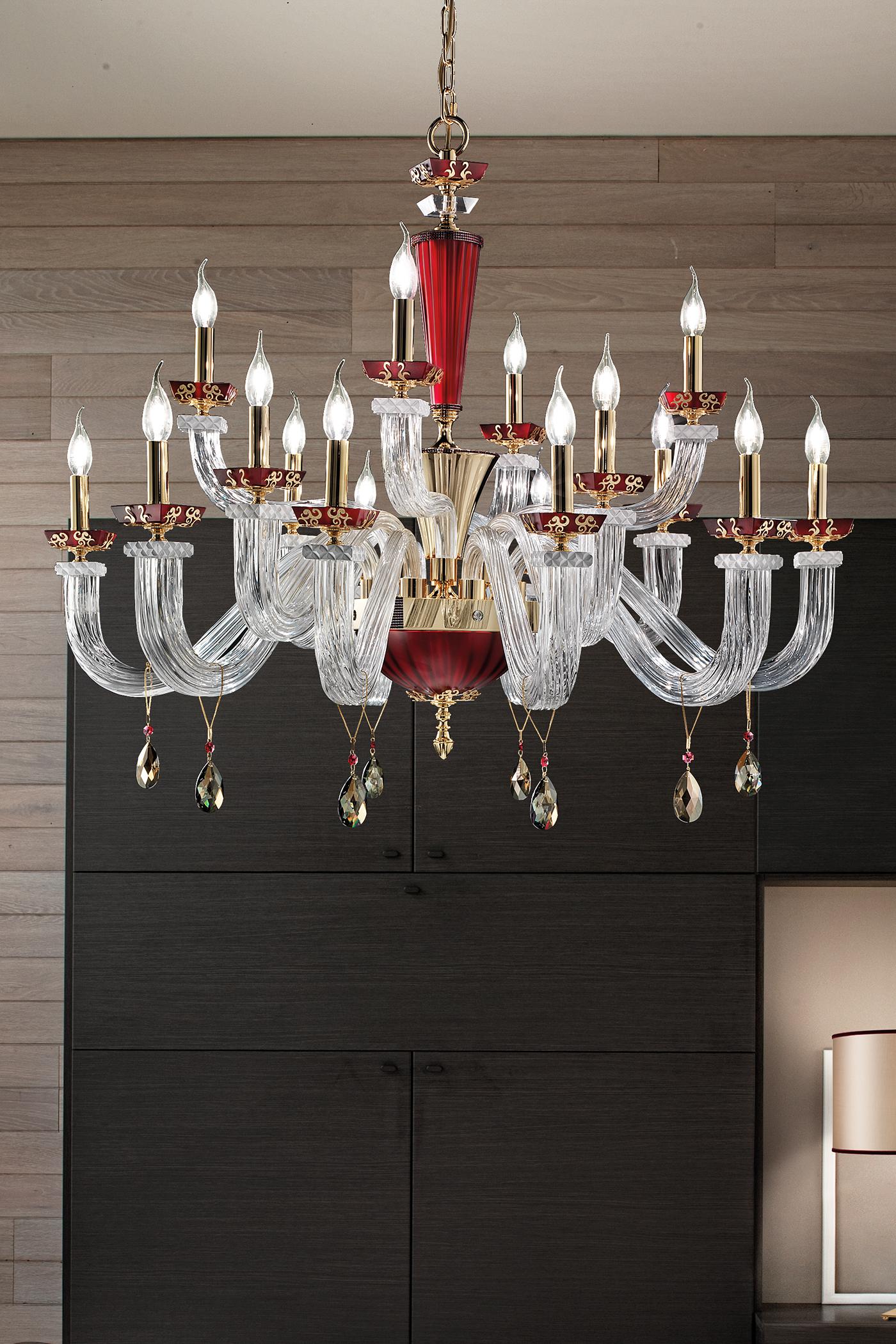 Люстра со свечами, декорированная кристаллами