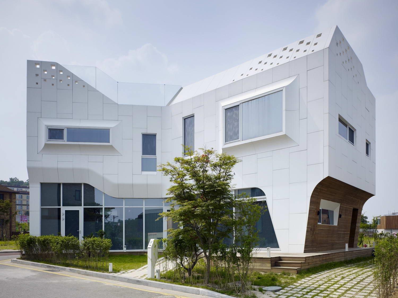 Необычная архитектура дома с панорамными окнами