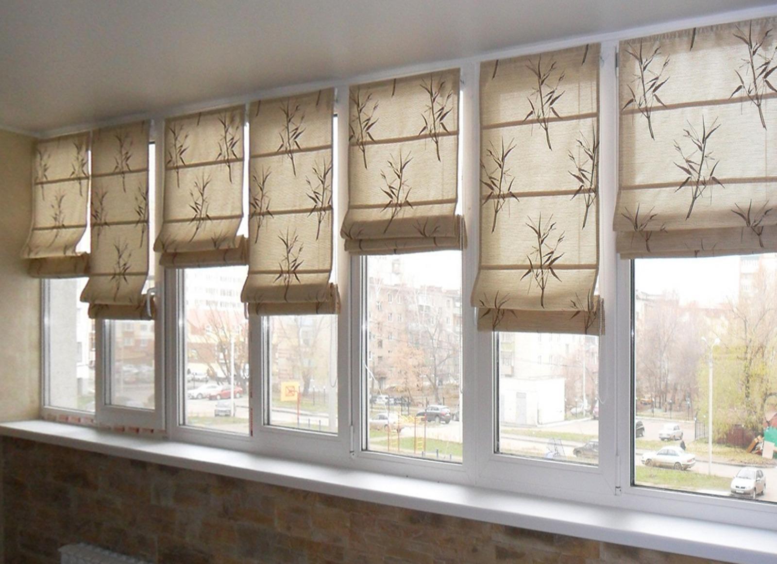 Римские шторы с рисунком на балконе
