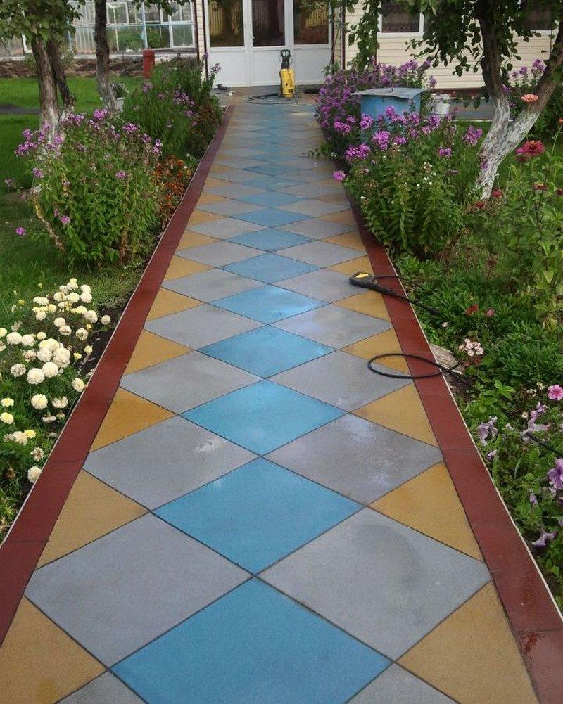 Резиновая плитка на садовой дорожке