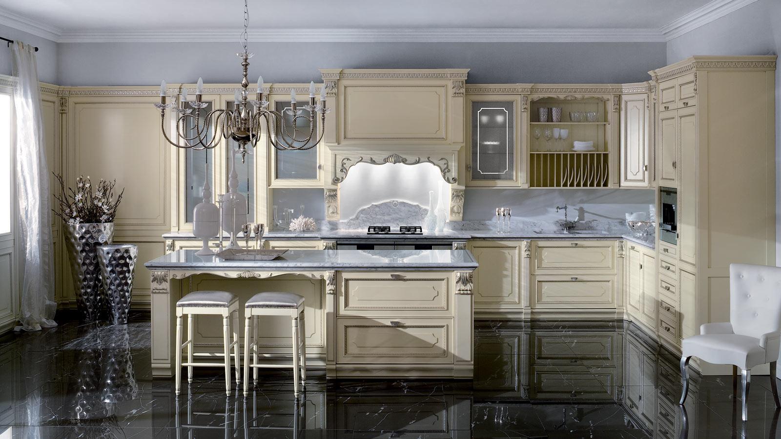 Кухонный гарнитур с серебряным декором