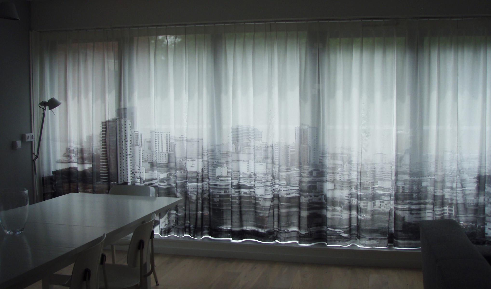Серый фотопринт на шторах