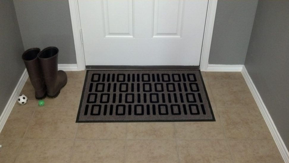 Серый придверный коврик