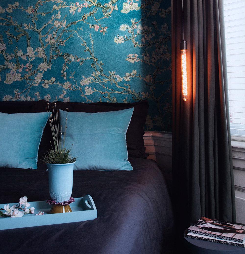 Шелковые бирюзовы обои в спальне