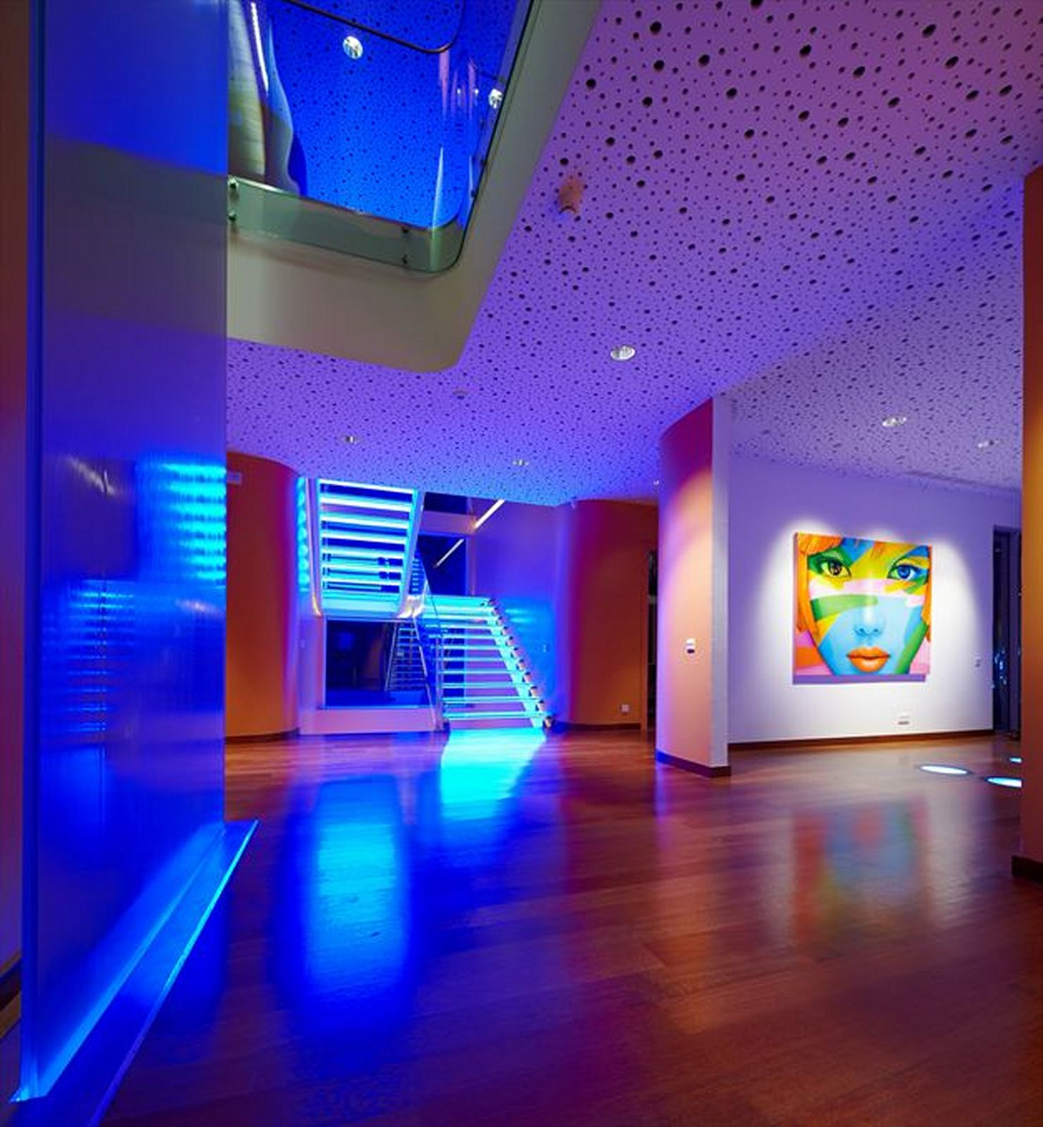 Синяя подсветка пола в доме