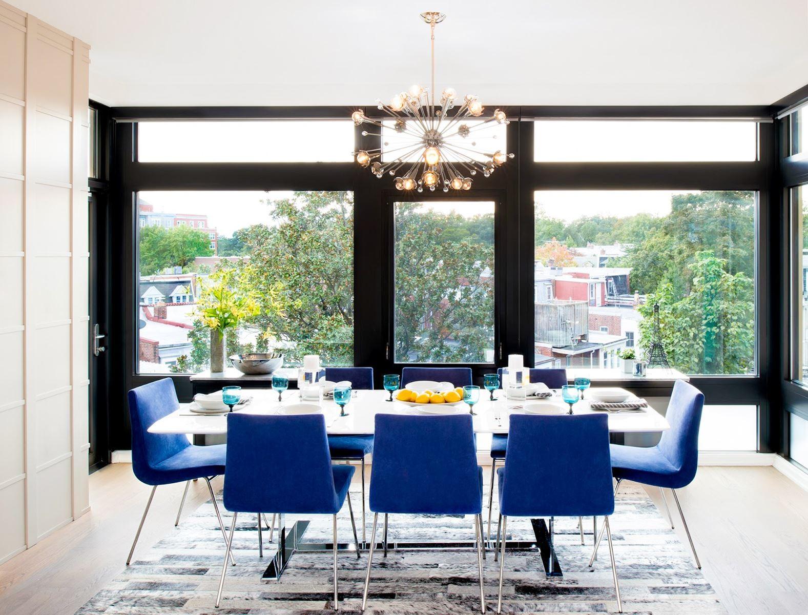 Синие стулья в столовом гарнитуре