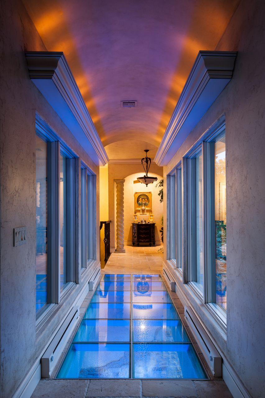 Стеклянный пол с синей подсветкой