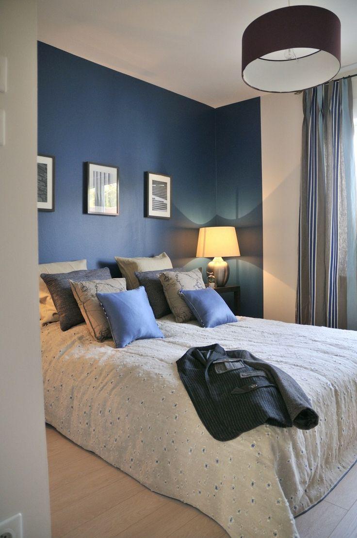 Синий дизайн узкой спальни