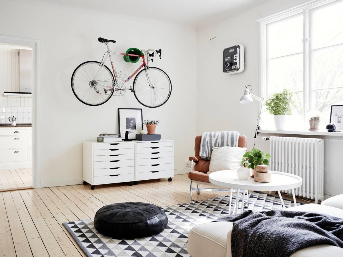 Велосипед в гостиной в скандинавском стиле