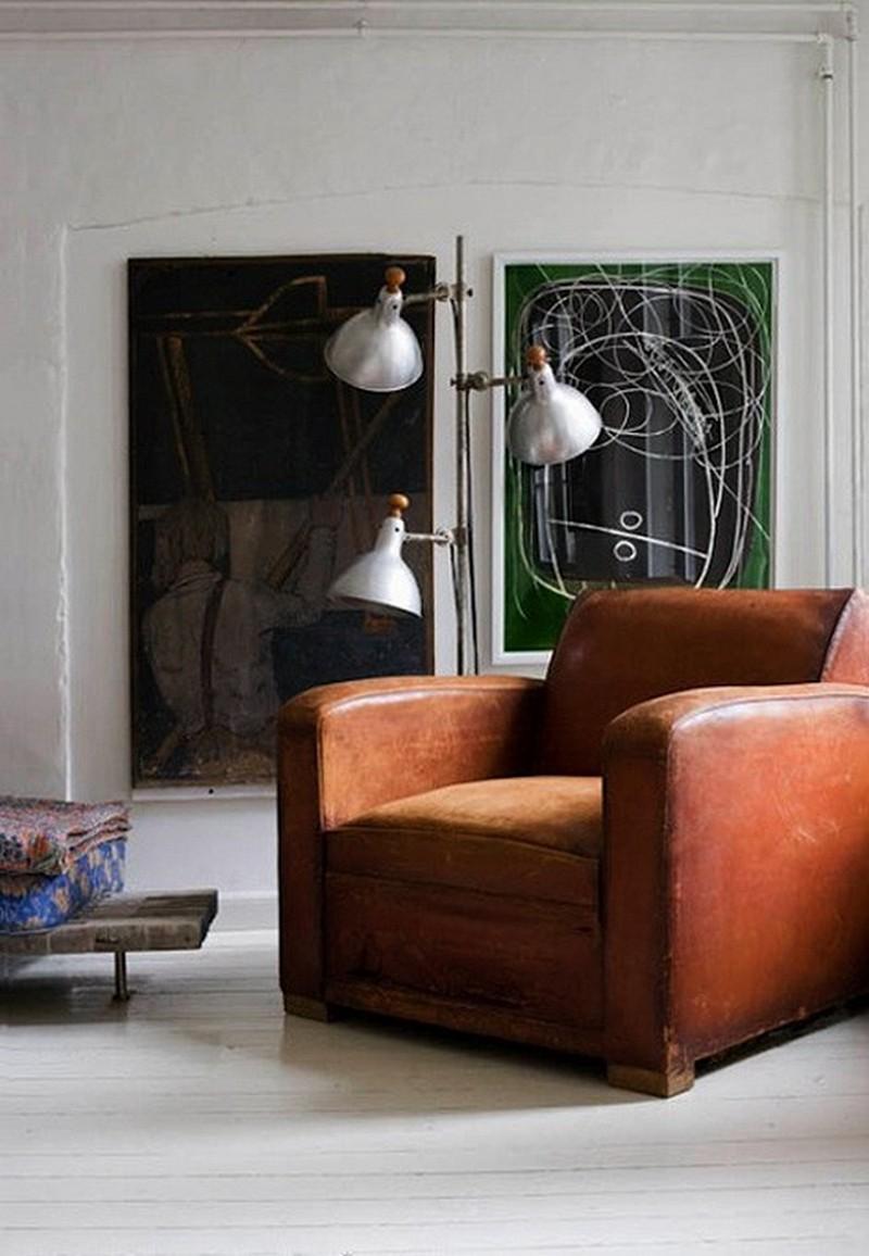 Состаренное кожаное кресло