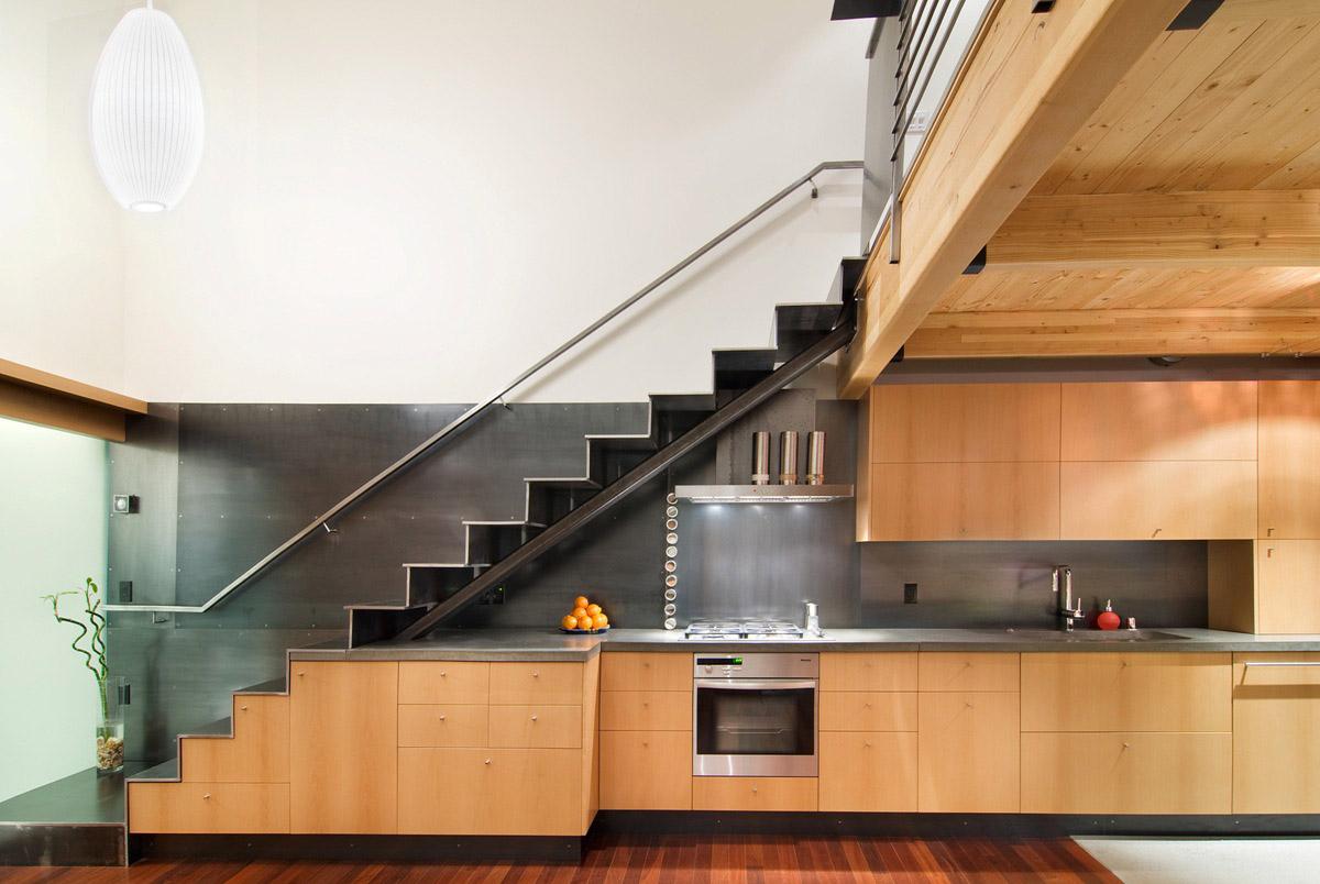 Лестница из металла в современном дизайне