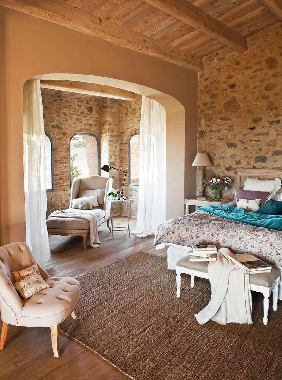 Расстановка мебели в спальне средиземноморской