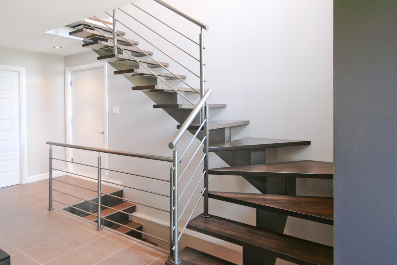 Лестница на второй этаж на металлическом каркасе стальная