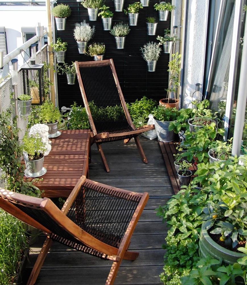 Цветы в стальных кашпо на балконе