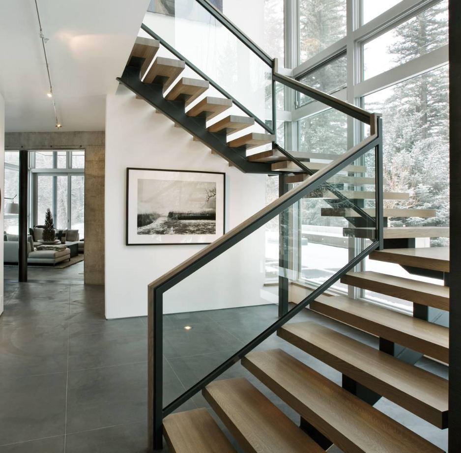 Маршевая лестница со стеклянными перилами
