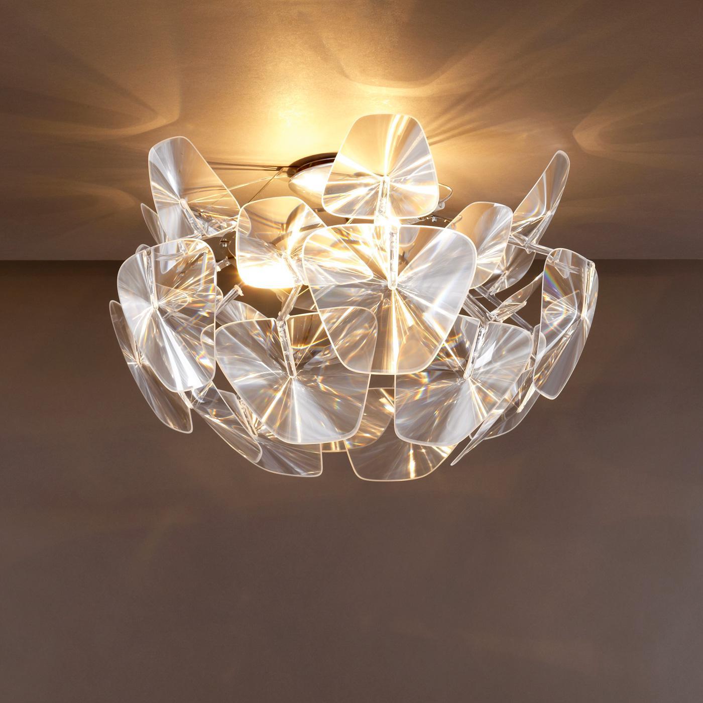 Стеклянный светильник на потолке
