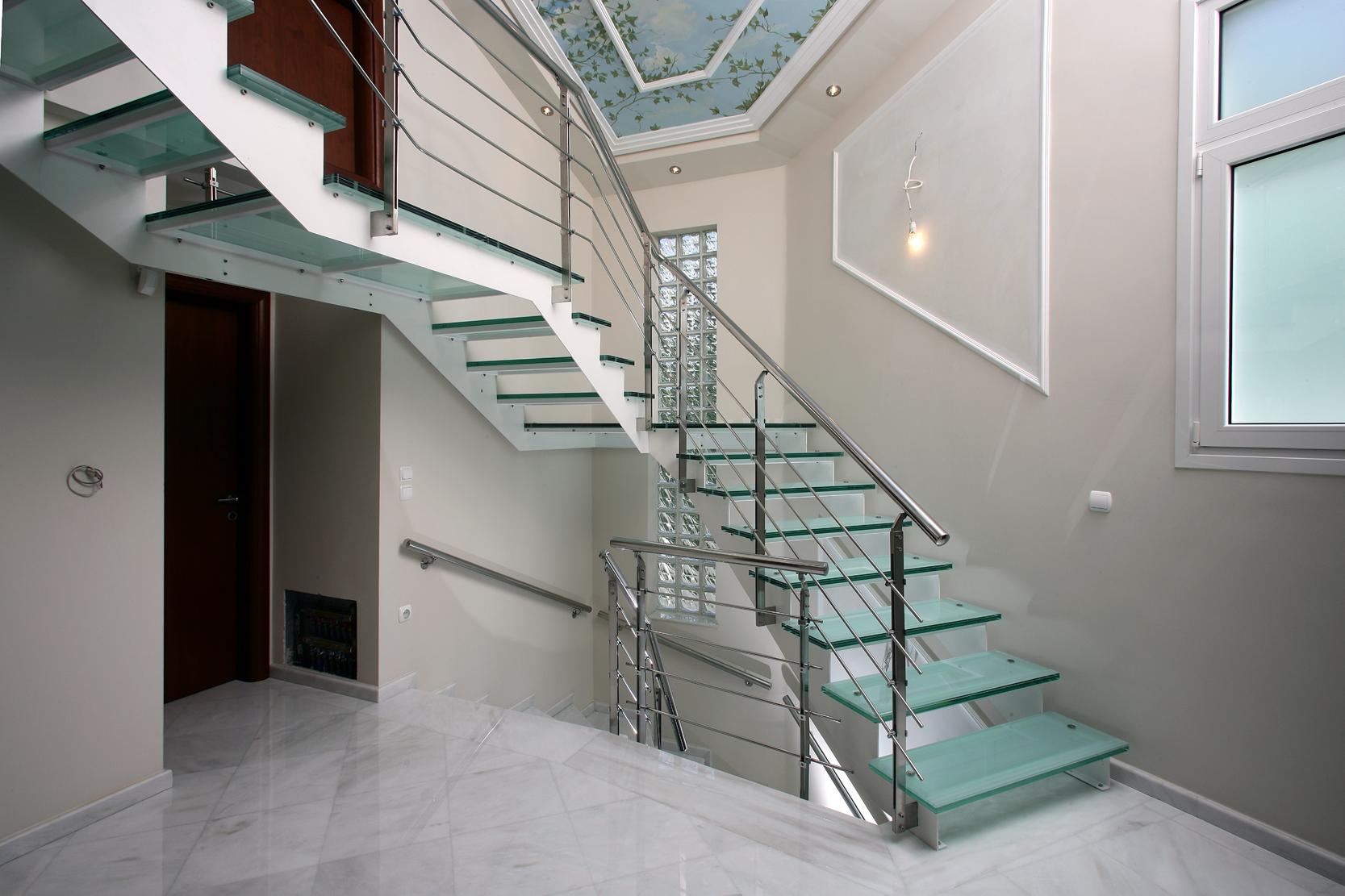 Лестница на металлическом каркасе со стеклянными ступенями