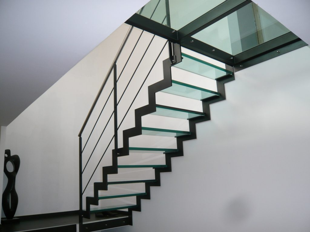 Лестница на второй этаж на металлическом каркасе со стеклянными ступенями