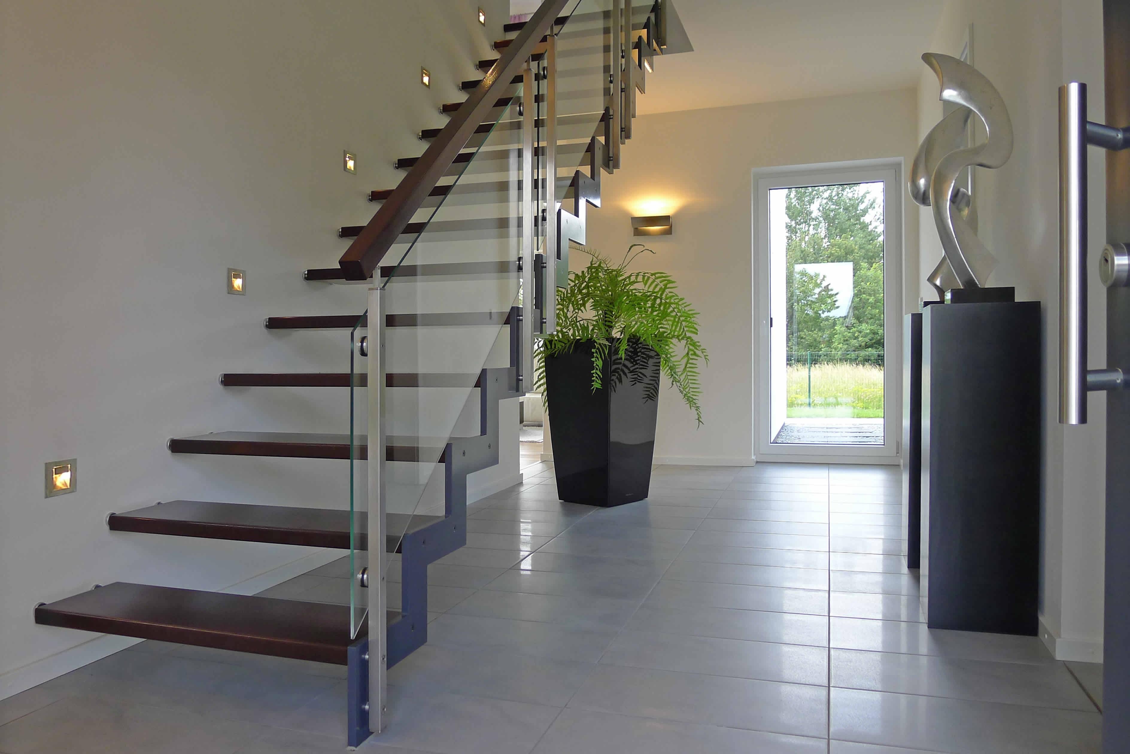 Лестница на второй этаж на металлическом каркасе со стеклянными перилами