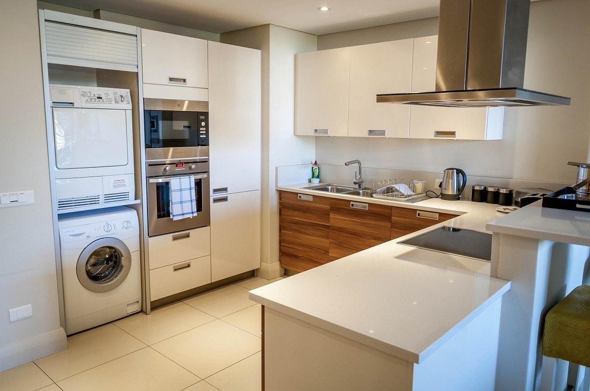 Стиральная машина на кухне в стене