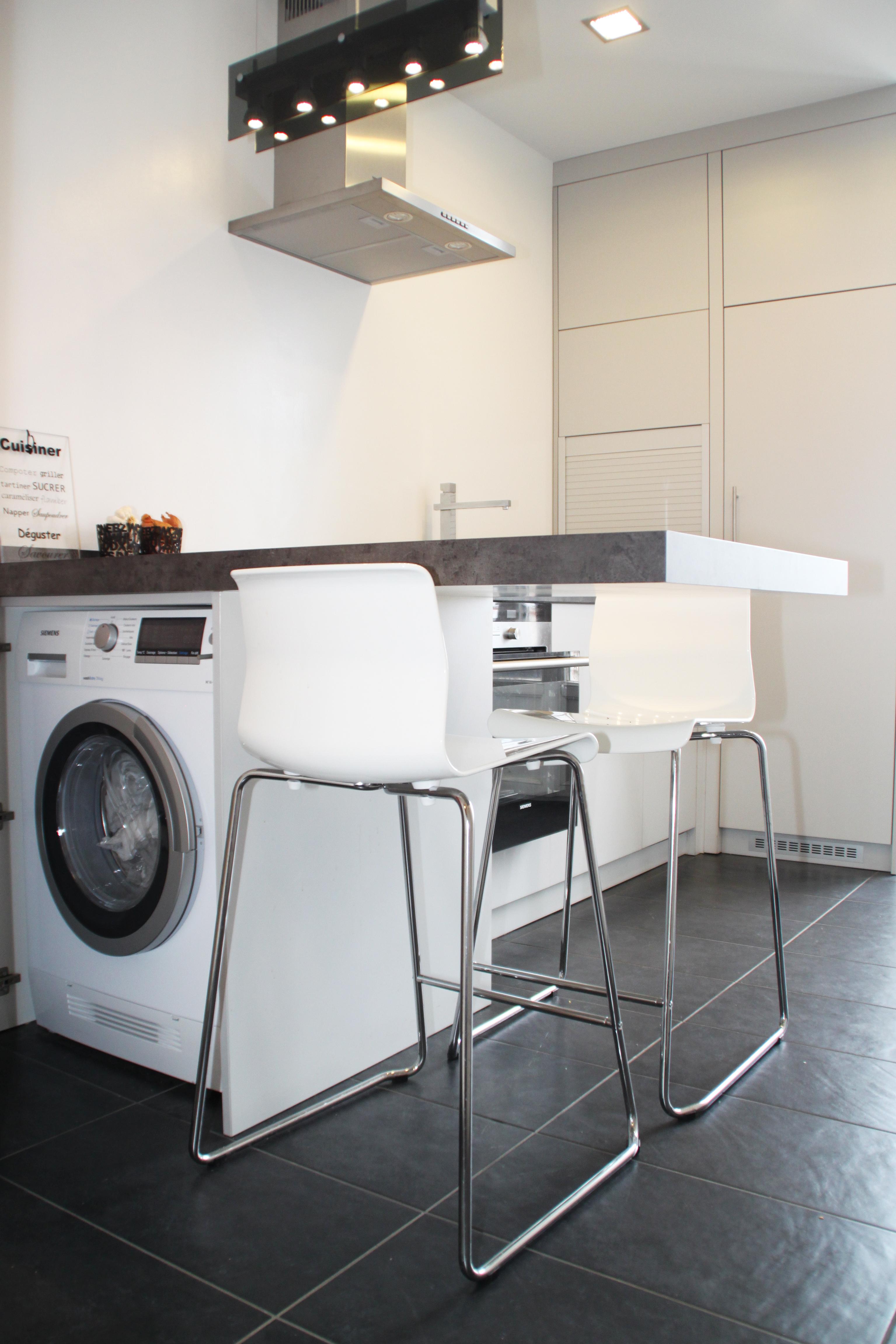 Стиральная машина на кухне в барной стойке