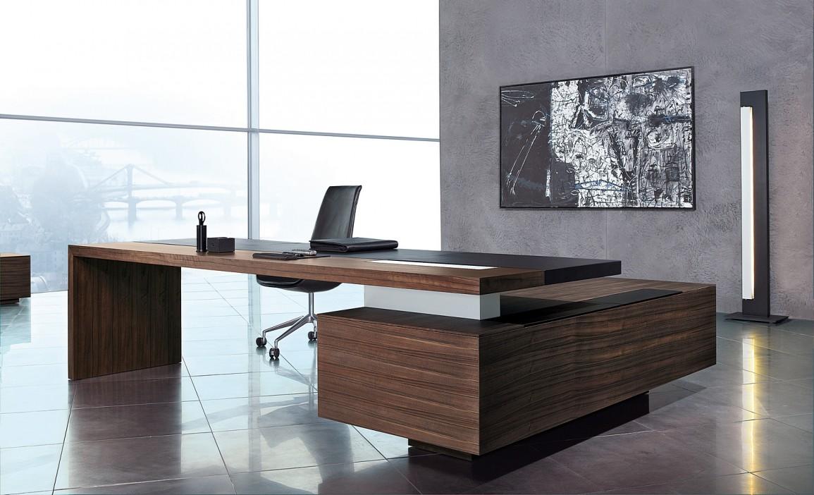 Угловой стол в кабинете руководителя