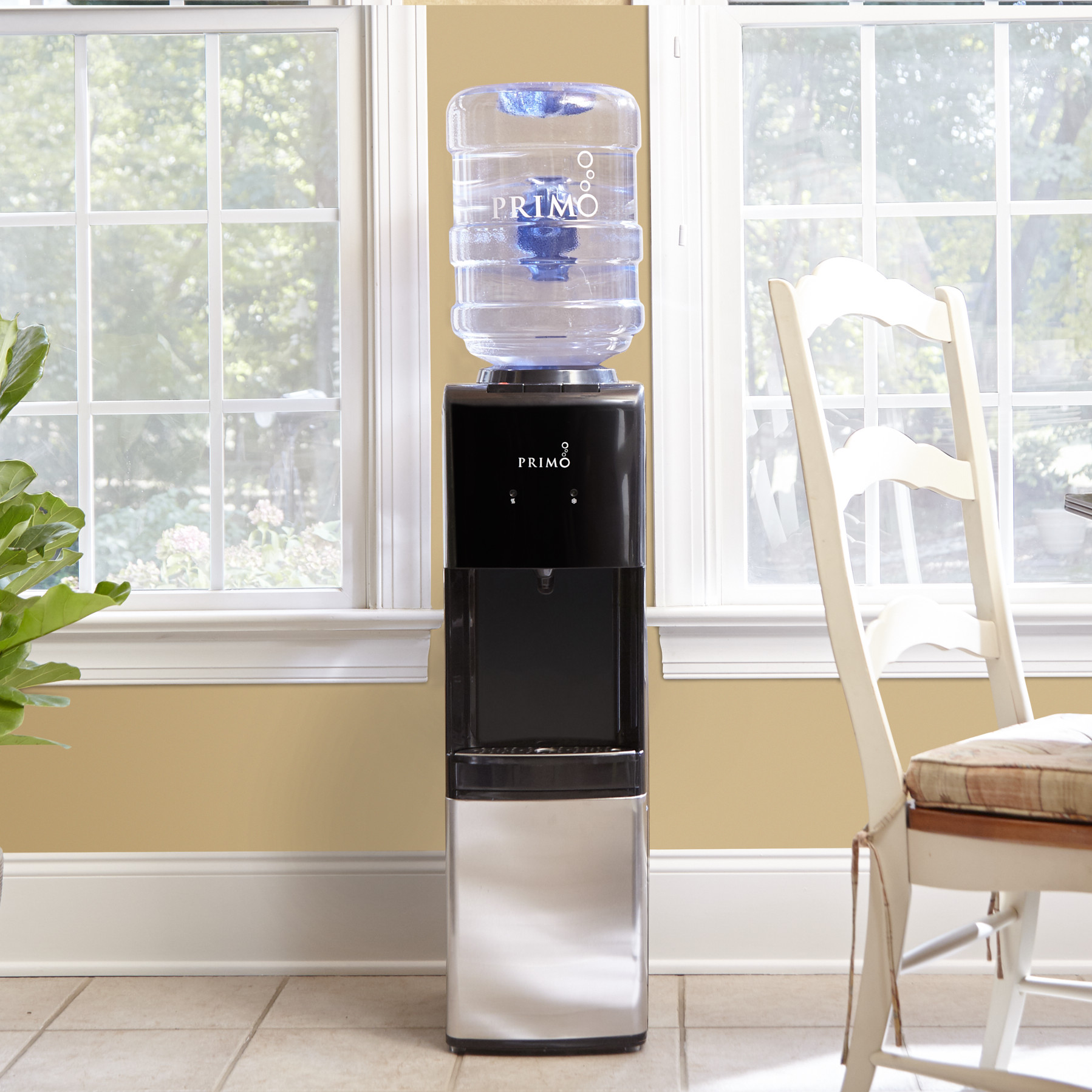 Кулер для воды в кухне-столовой