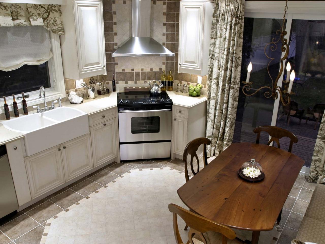 Угловая вытяжка в кухне-столовой