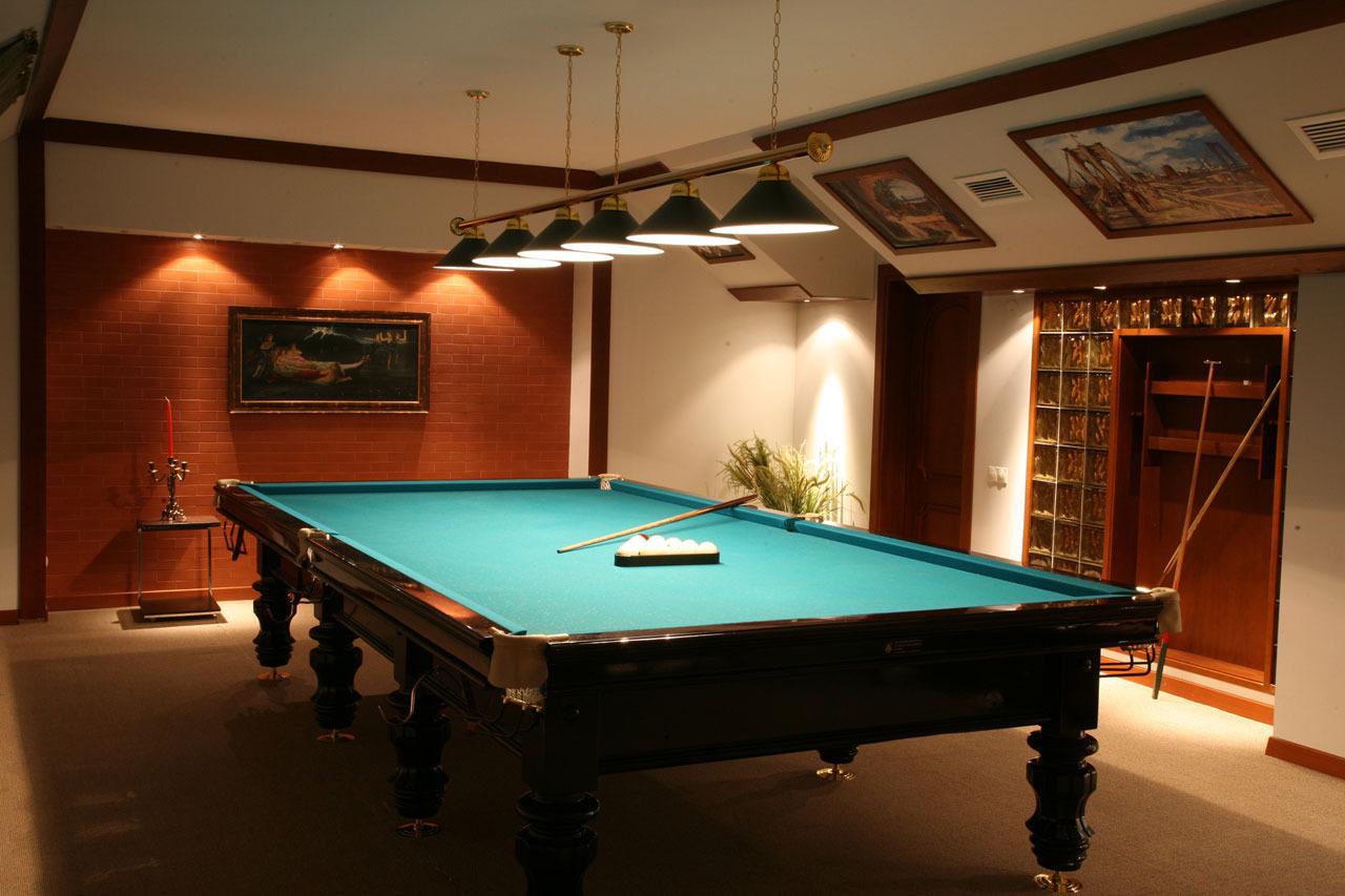 Бильярдный стол в доме