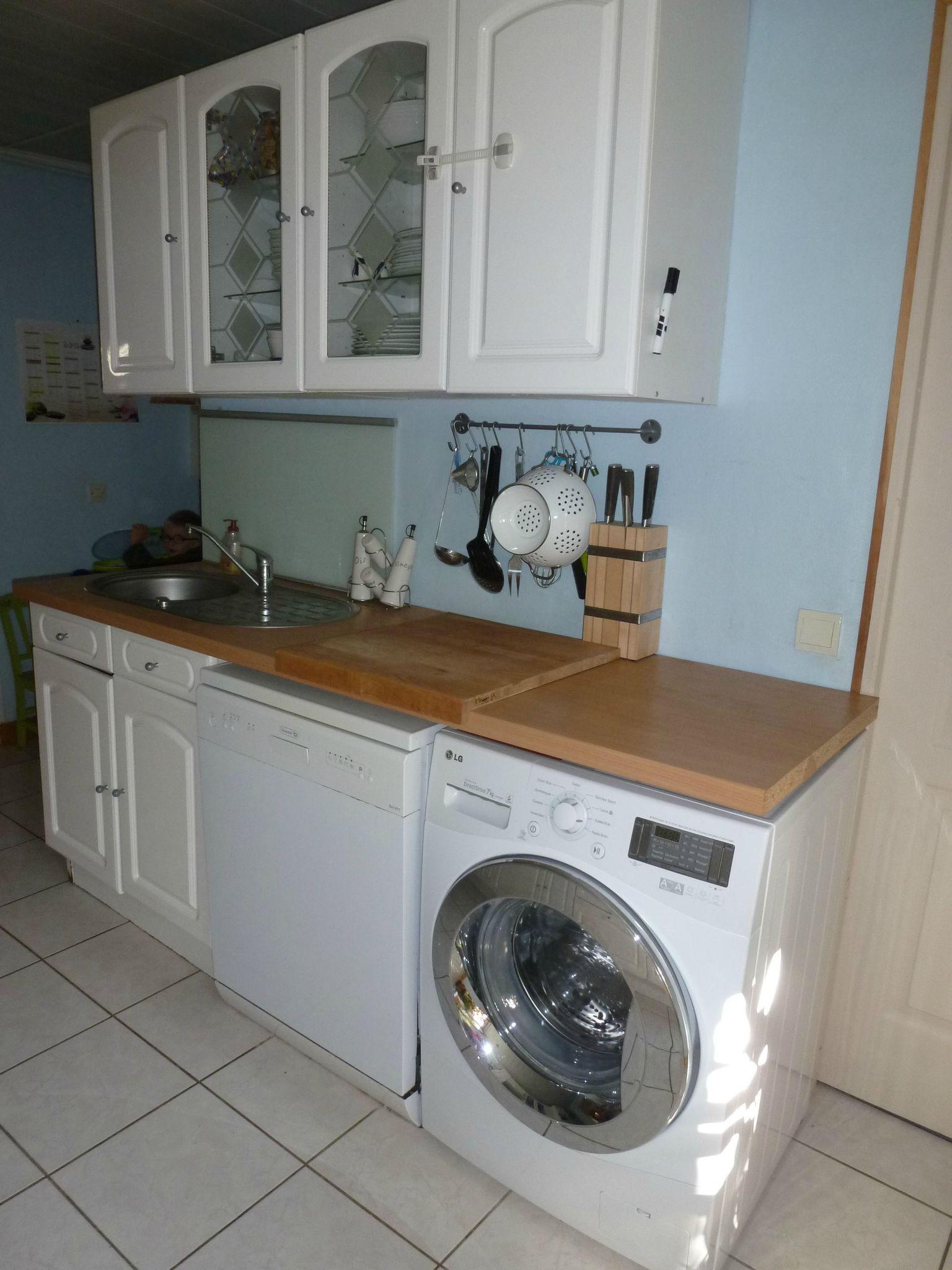 Стиральная машина на кухне в столешнице