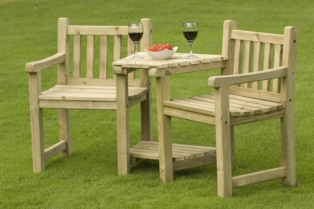 Деревянные стулья со столиком для дачи