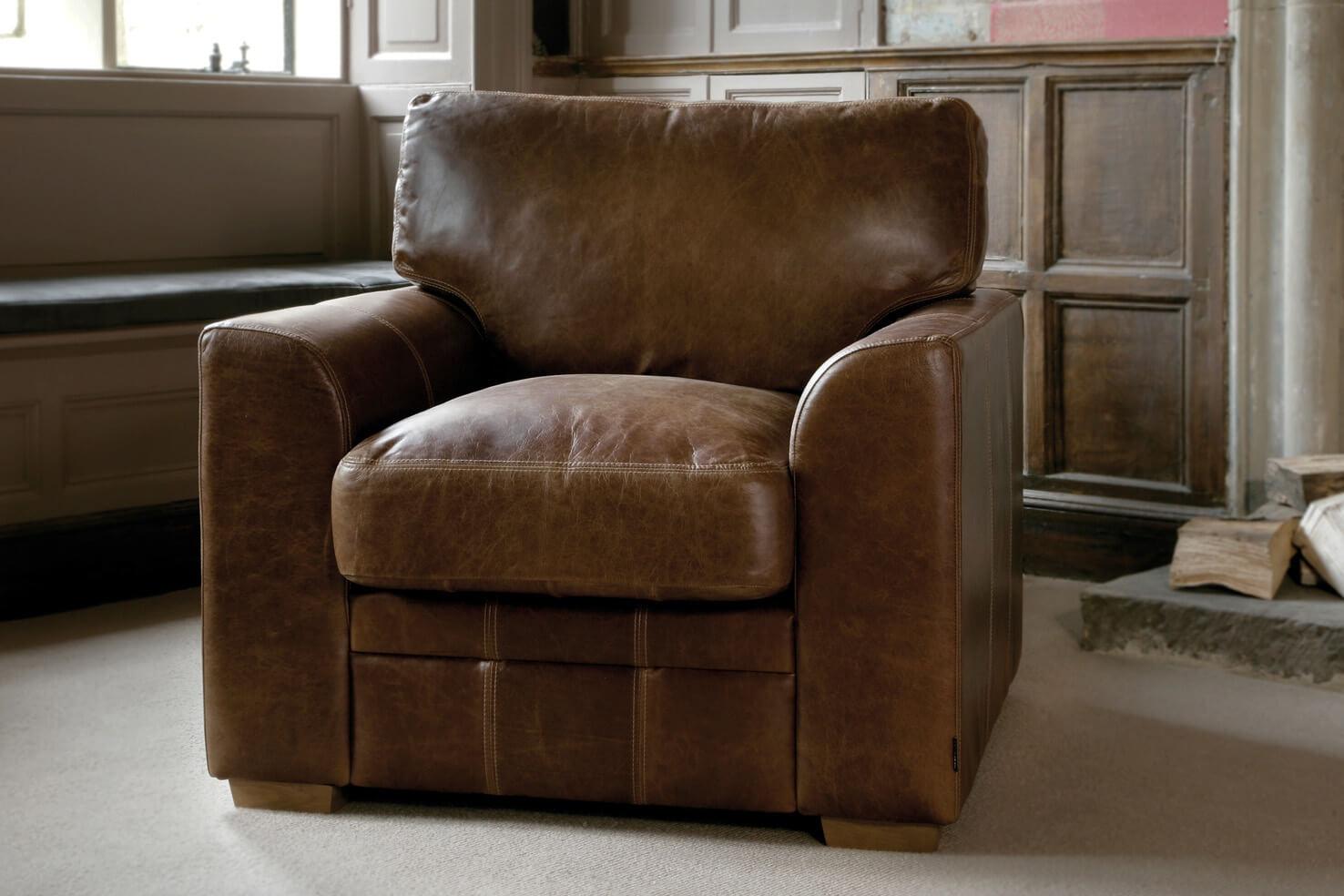 Кожаное кресло с белой строчкой