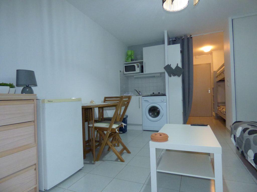 Стиральная машина на кухне в квартире студии