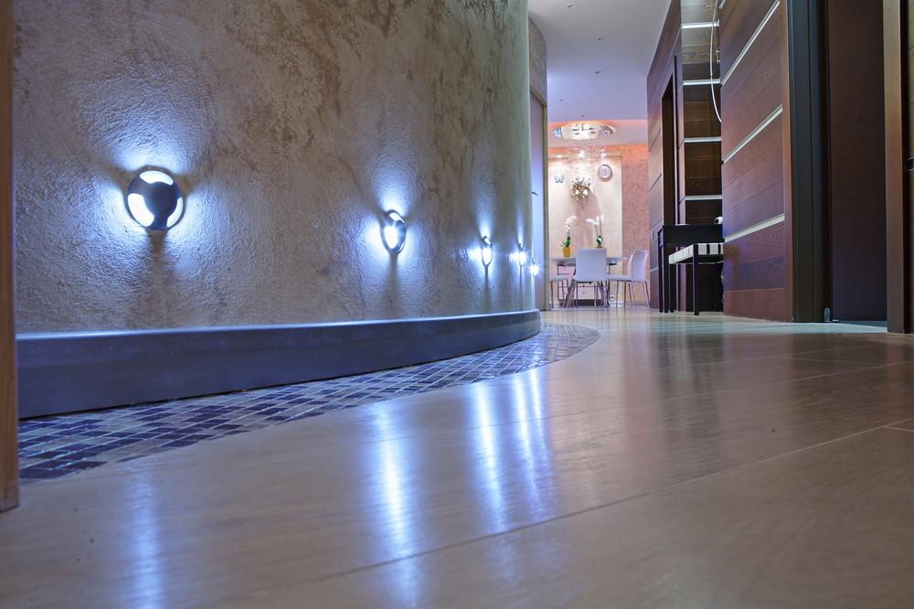 Подсветка пола настенными светильниками