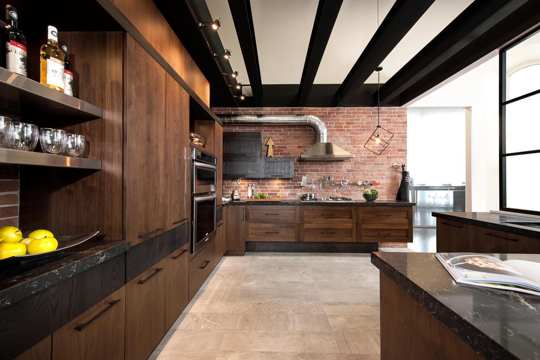 Темная кухня из массива