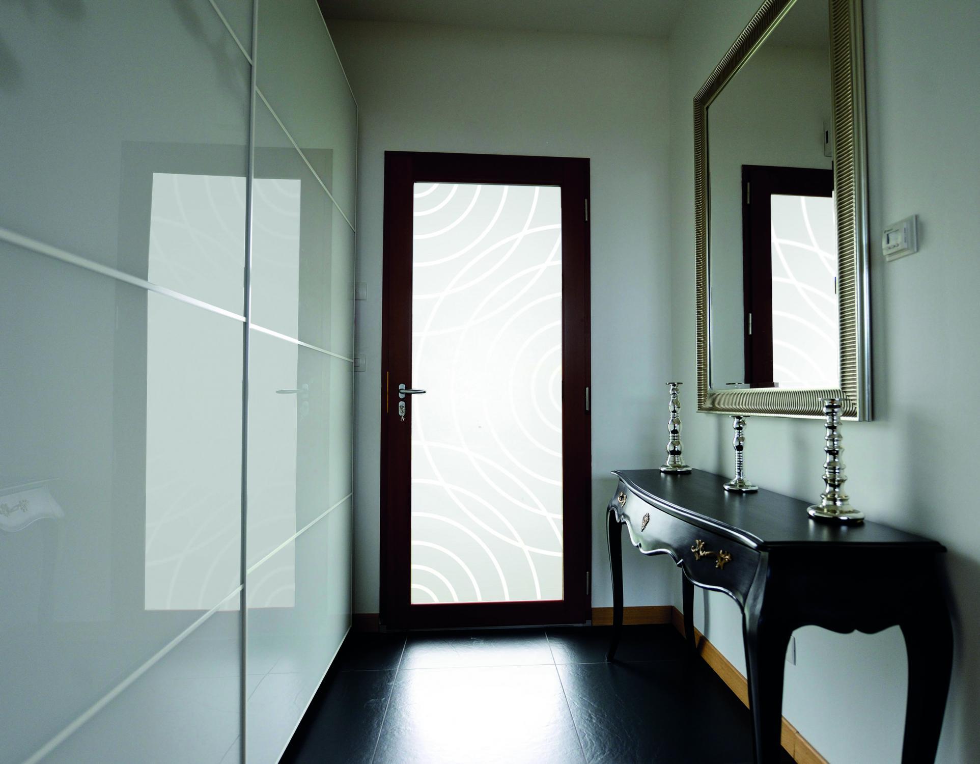 Межкомнатная дверь со стеклом темная