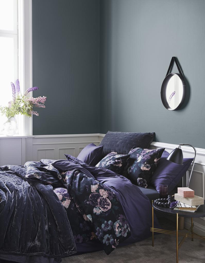 Кровать у окна в темной спальне