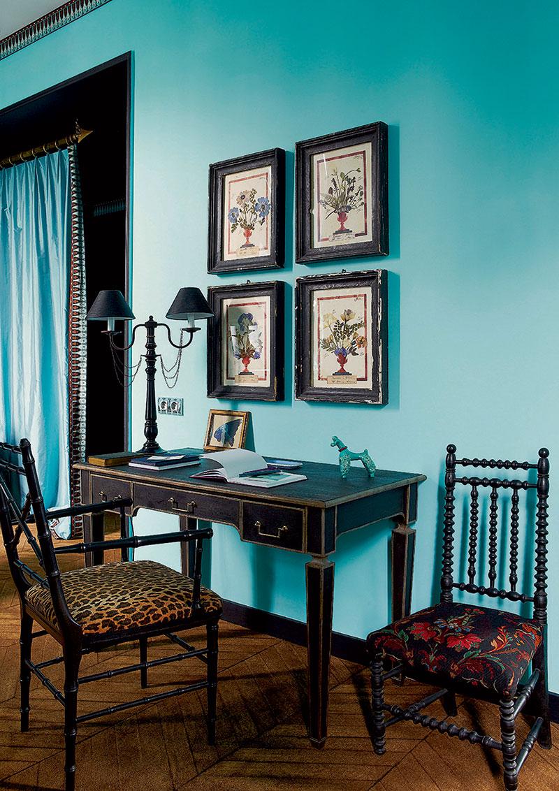Бирюзовые обои в гостиной с темной мебелью