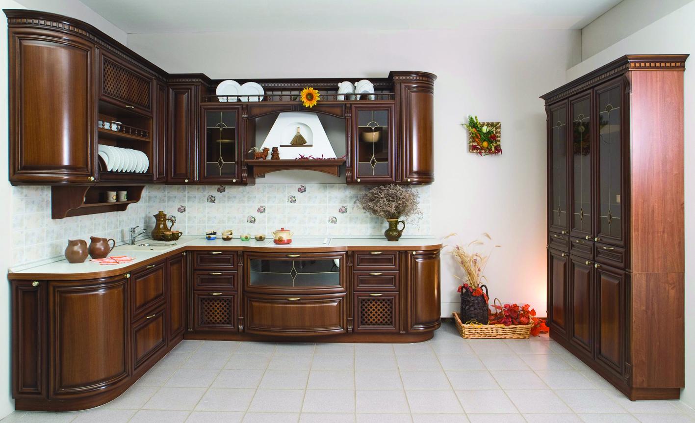 Кухонный гарнитур из темного дерева в классическом стиле