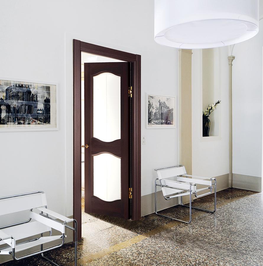 Дверь из темного дерева со стеклом