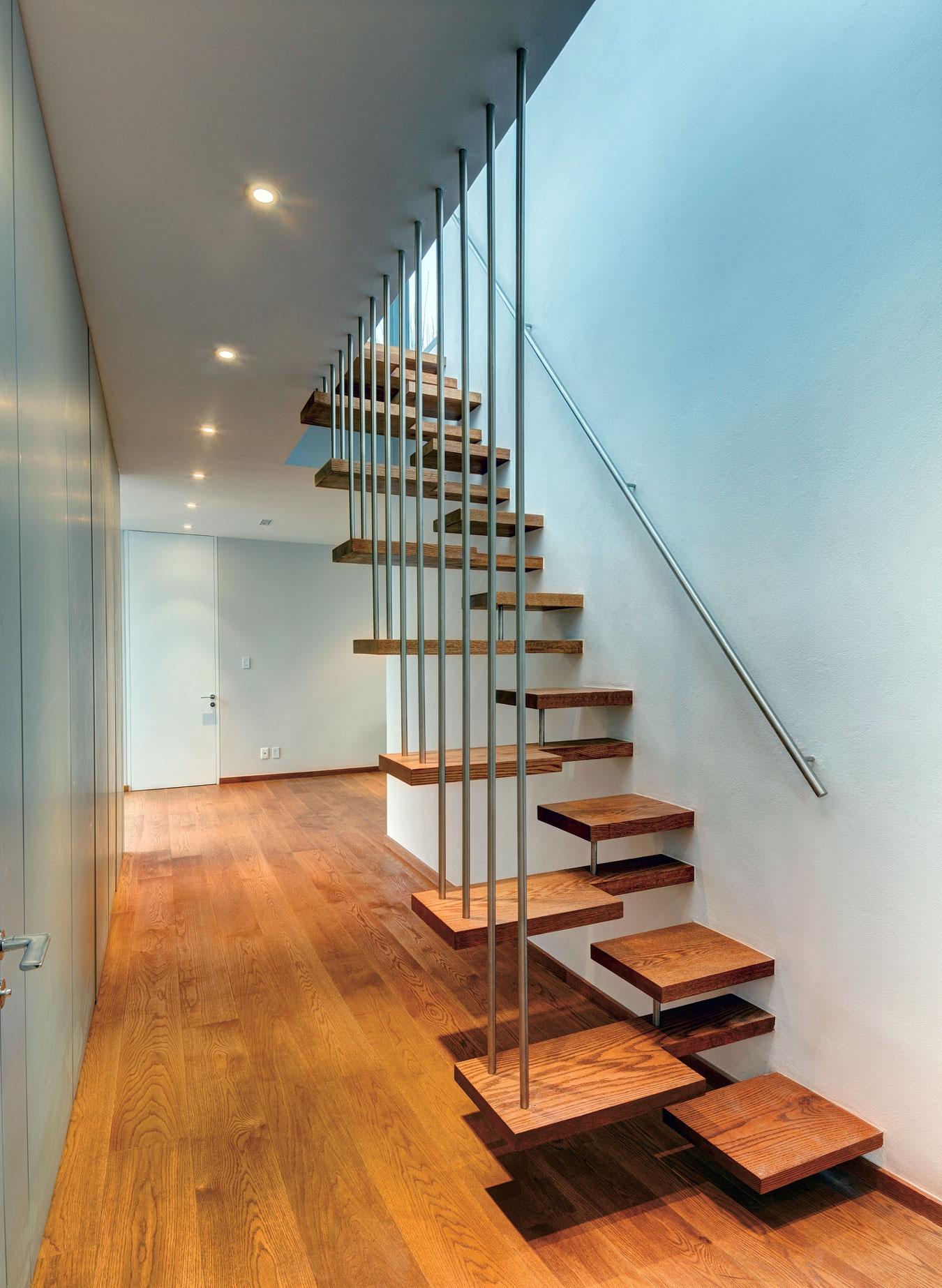 Лестница на второй этаж на металлическом каркасе гусиный шаг