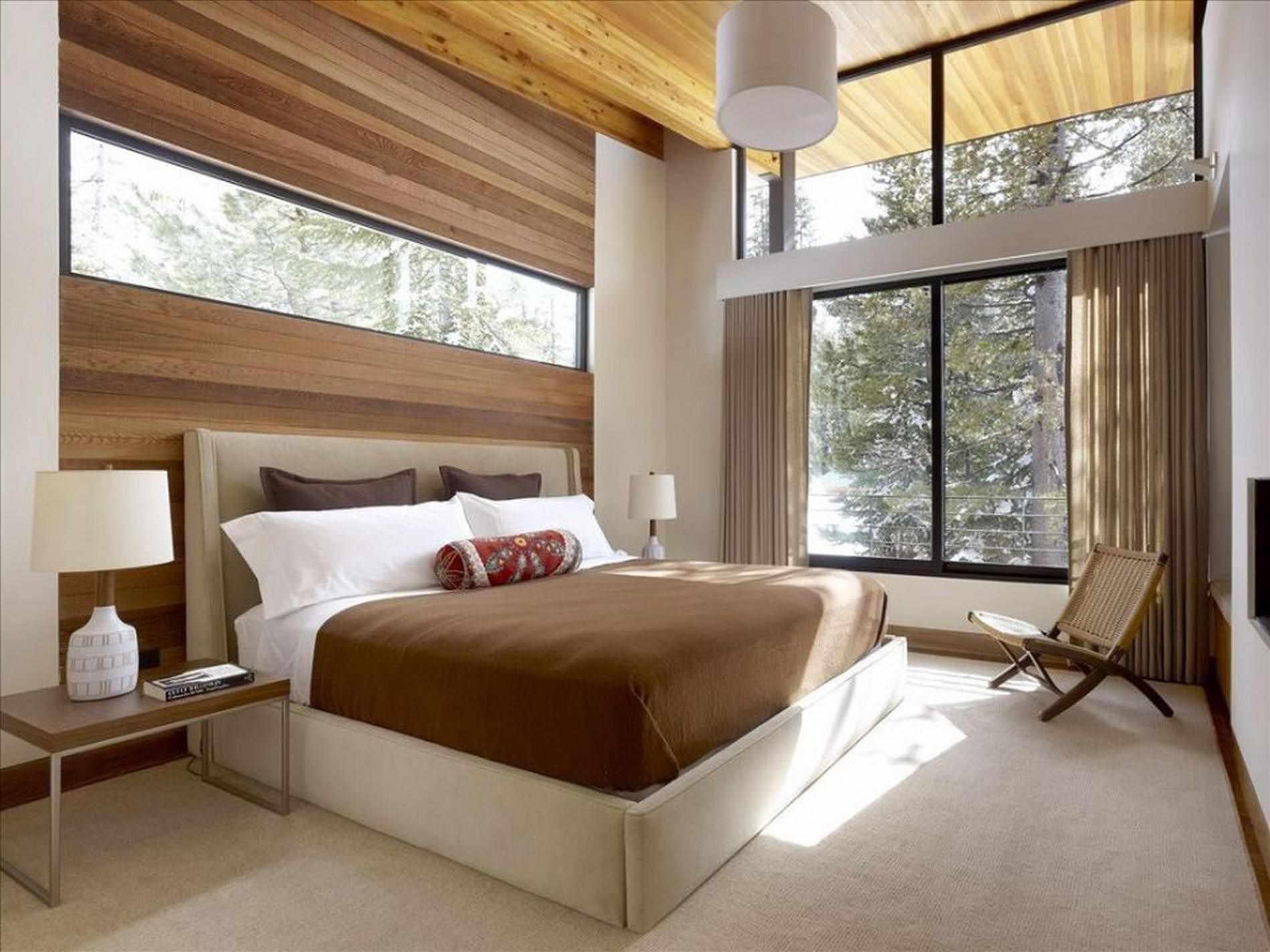Кровать изголовьем к узкому окну